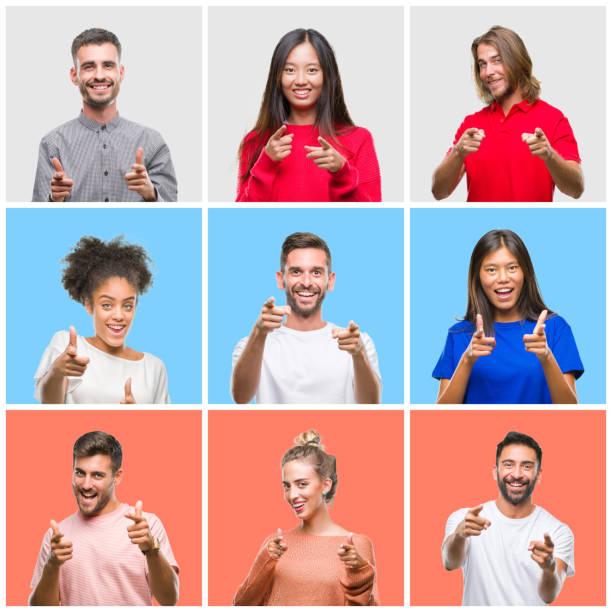 一群年輕人在五顏六色的孤立背景上用快樂和搞笑的臉指指點點。良好的能量和氛圍。 - 中等人數群 個照片及圖片檔