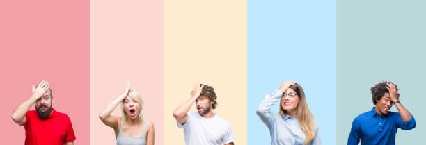 collage von gruppe von jungen menschen über bunten jahrgang isolierten hintergrund überrascht mit hand auf kopf für fehler, erinnern sie sich an fehler. vergessen, schlechtes memory-konzept. - bedauern stock-fotos und bilder