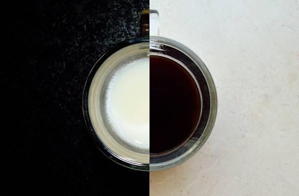collage de leche sobre un fondo negro y café sobre un fondo brillante en una taza - cosas que van juntas fotografías e imágenes de stock