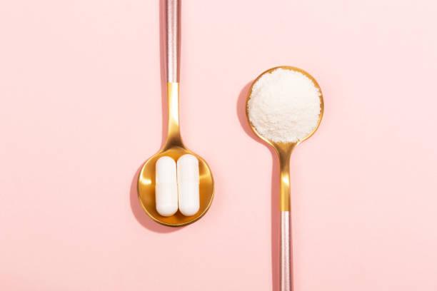 Kollagen-Pulver und Pillen auf rosa Hintergrund – Foto