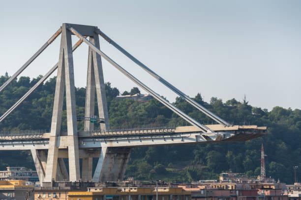 pont d'autoroute s'est effondré morandi - pont gênes photos et images de collection
