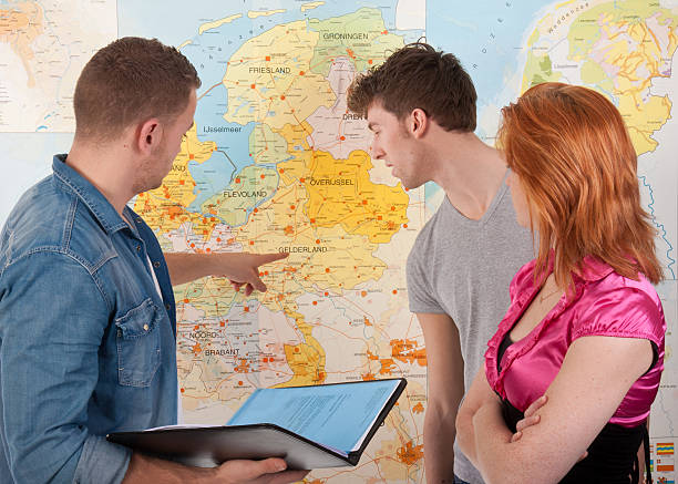 colleagual discussion in front of a dutch map - netherlands map stockfoto's en -beelden