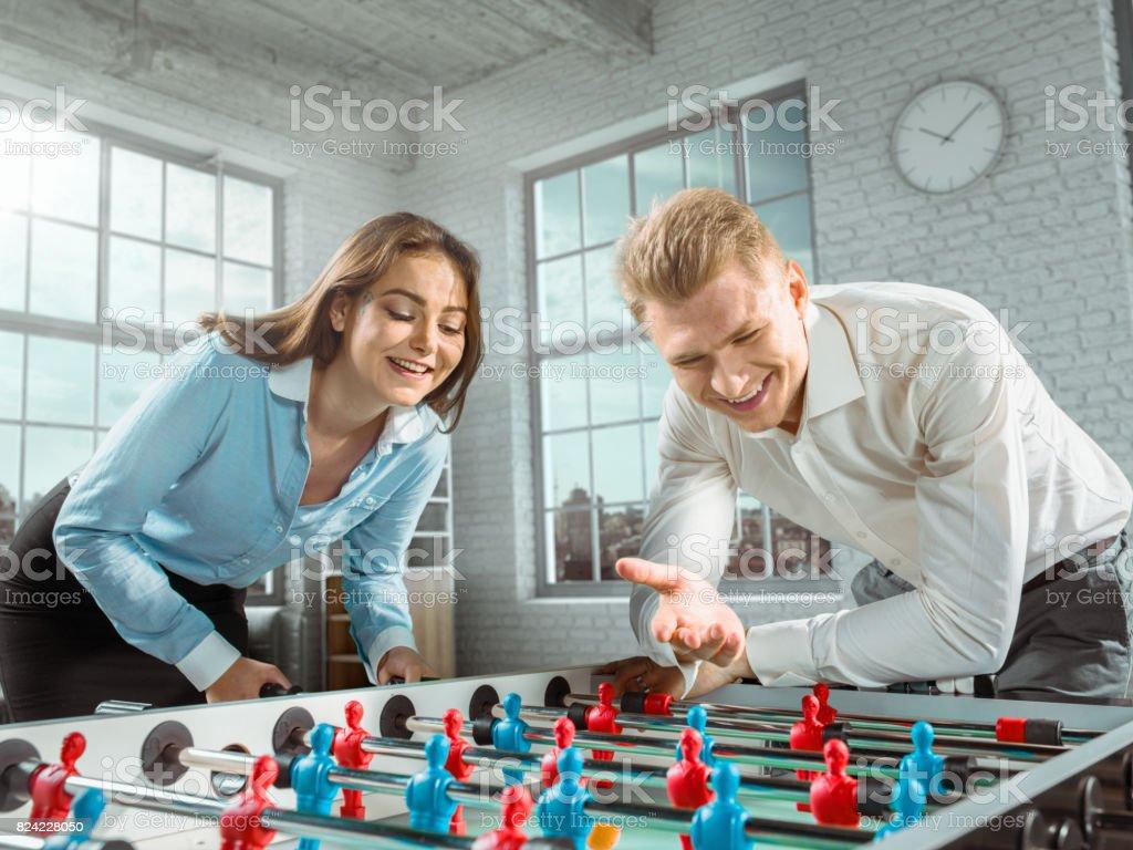 Un collègue enseigne une fille pour jouer au jeu de footballkicker