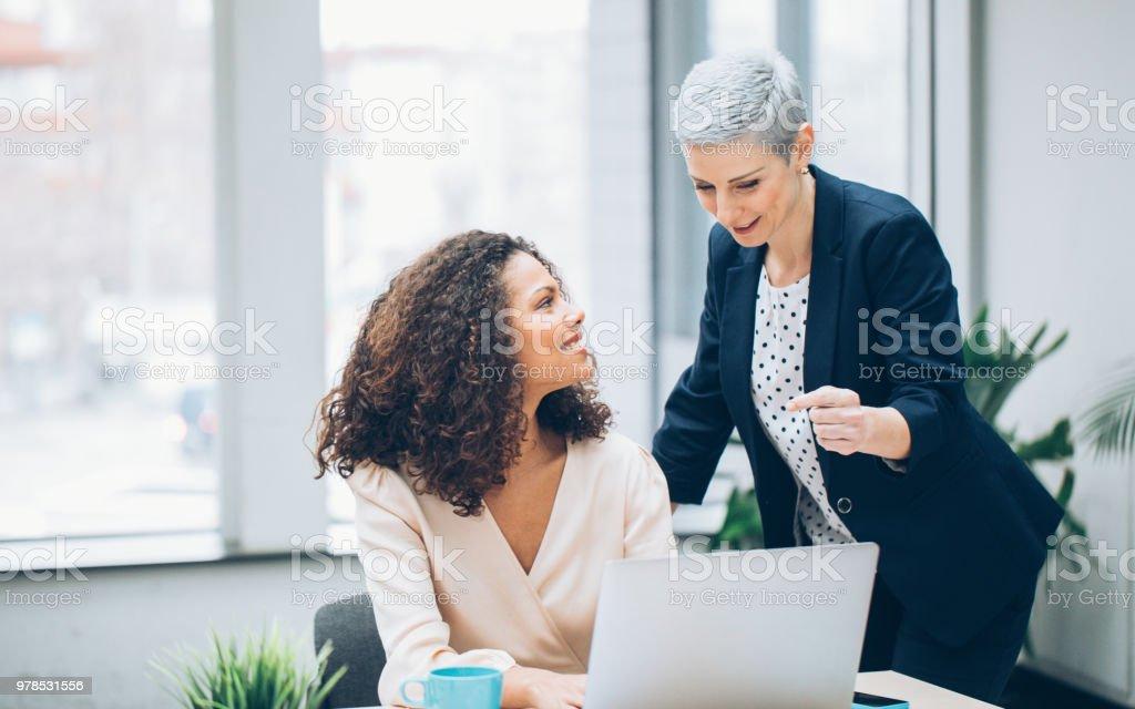 Mujer de negocios de sus colegas de trabajo - foto de stock