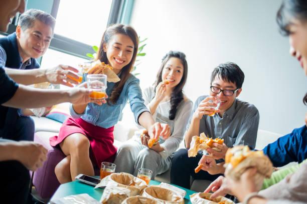Kollegen genießen ihr Mittagessen – Foto