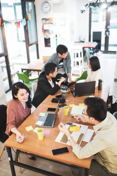 Kollegen, die ein Gespräch im Büro führen – Foto