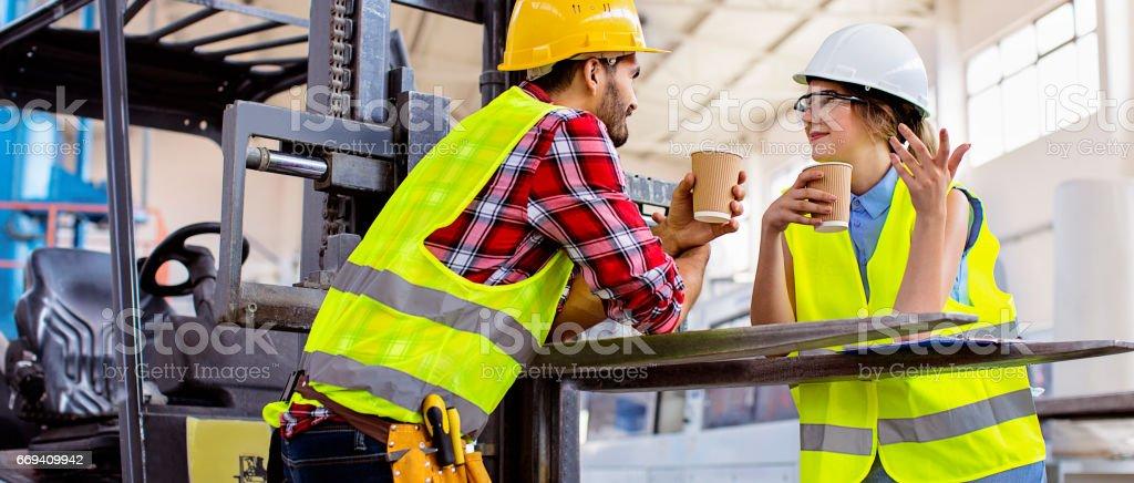 Kollegen mit Kaffeepause in Fabrik – Foto