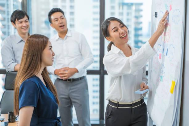 Colegas se reúnen para discutir sus planes financieros futuros - foto de stock