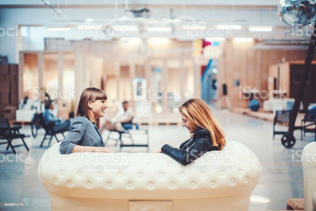 Kollegen ruht in kreativen Büroräume – Foto