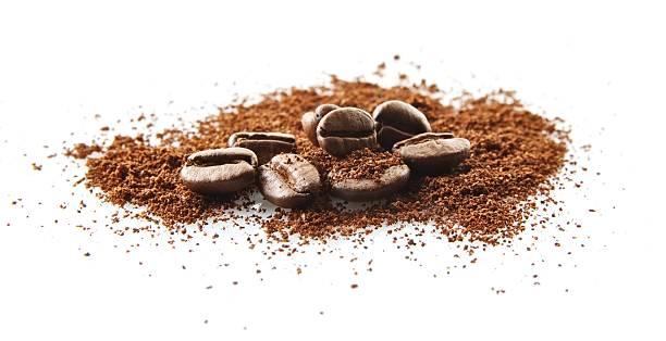 gesammelten kaffee bohnen mit kaffee pulverschnee auf weiß - kaffeepulver stock-fotos und bilder