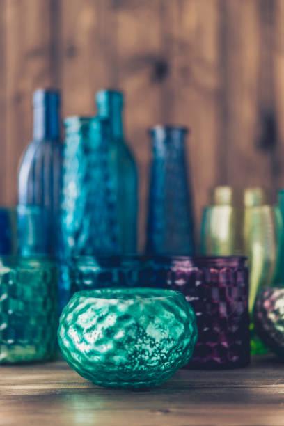 sammlung von schönen türkis und grün gefärbte gläser - vase glas stock-fotos und bilder