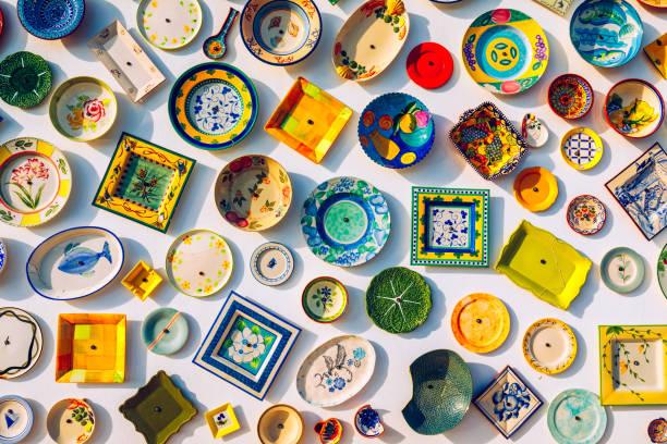 Sammlung von bunten portugiesischen Keramik-Keramik, lokale Kunsthandwerksprodukte aus Portugal. Keramikplatten in Portugal. Bunt von Vintage-Keramikplatten in Sagres, Portugal. – Foto