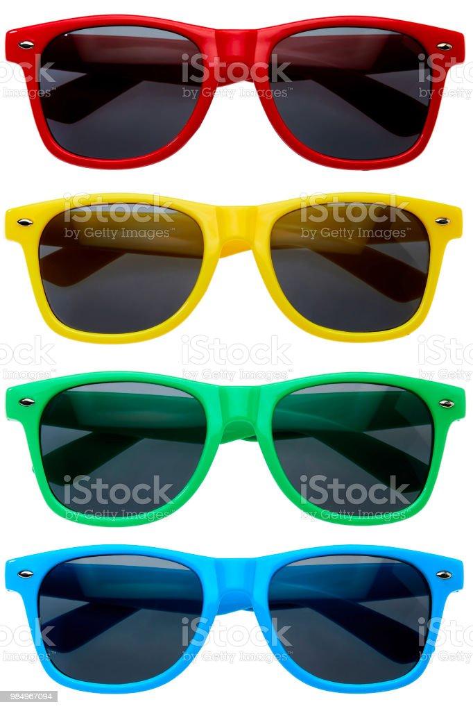 Colección de gafas de sol de colores en una fila en fondo blanco foto de stock libre de derechos