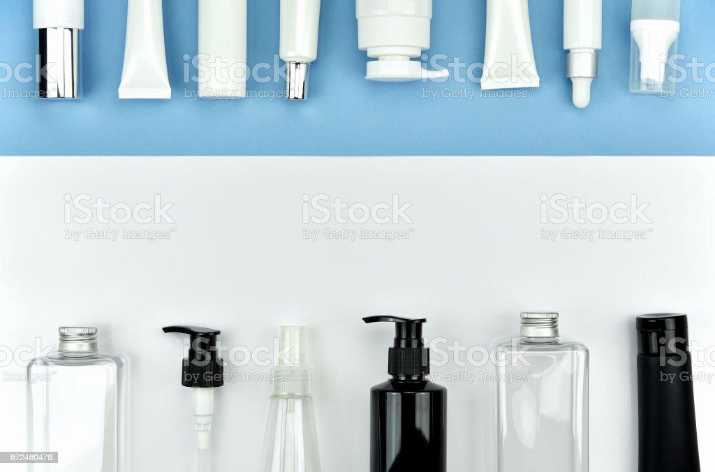 Coleção de recipientes frasco cosmético, rótulo em branco para marca mock-up, plano leigos na cor de fundo. - foto de acervo