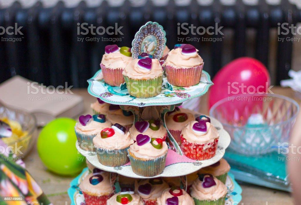 Colección De Cupcakes Decorados En Un Soporte De 3 Nivel