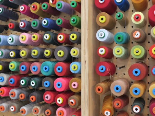 verzameling van verschillende soorten veelkleurige naaigaren op een muur foto