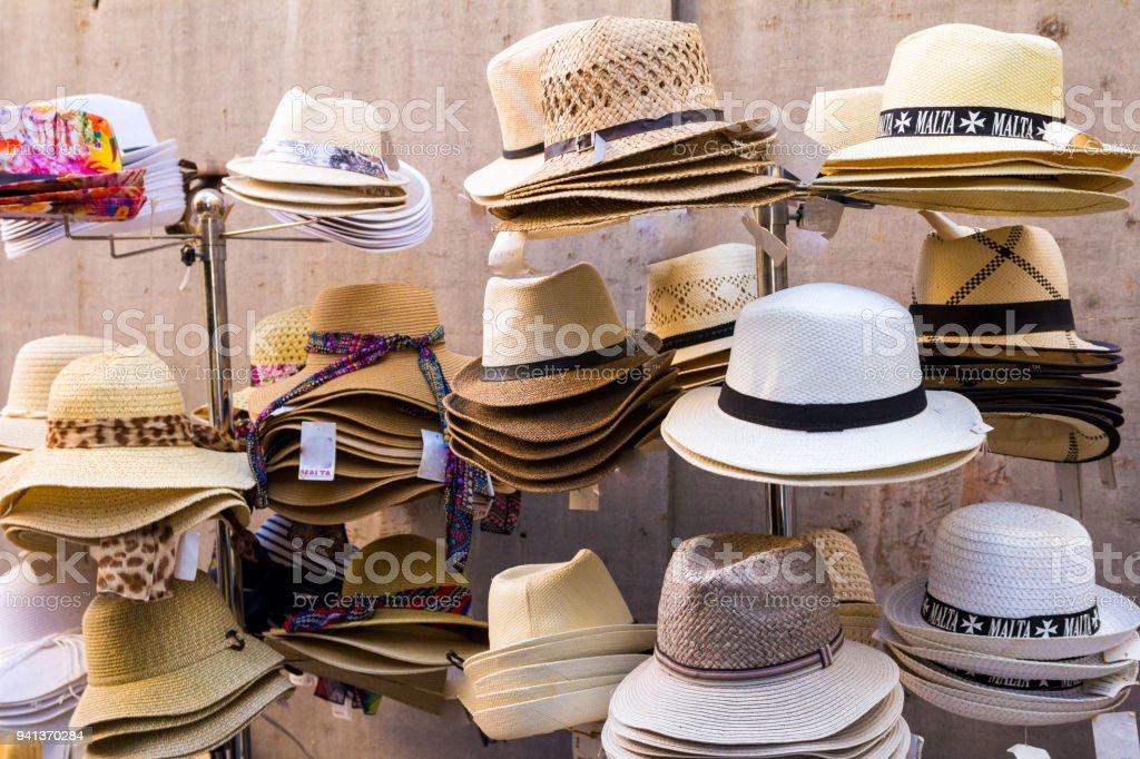 Colección diferentes de sombreros de Panamá para la venta en una fila en  Malta foto de b7cde974c76