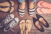 木製の床の女性の靴のコレクション。