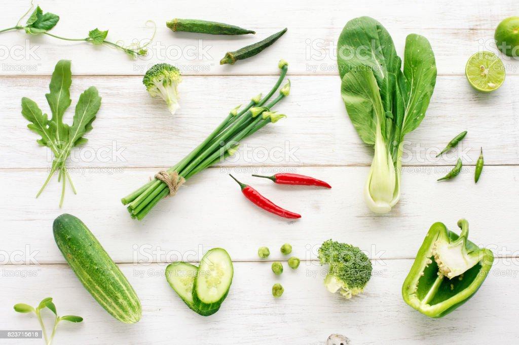 Sammlung von grünen Bio-Gemüse mit rotem Chili Akzent auf Holztisch. Ansicht von oben – Foto