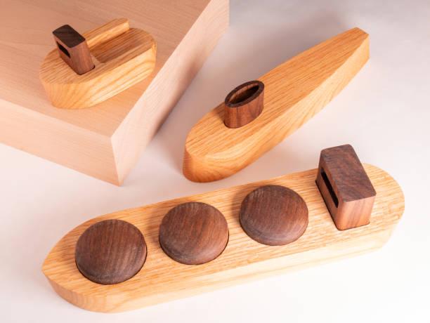 手作りの木製ボートのコレクション。木製のブロックにタグボート付き。 - ウォールナット ストックフォトと画像