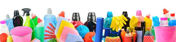 Sammlung von Haushaltschemikalien für die Reinigung isoliert auf weißem Hintergrund. – Foto