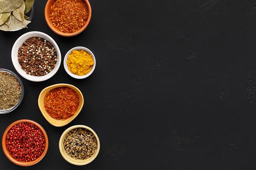Samling Av Indiska Kryddor I Skalar Pa Bakgrund Foton Och Fler Bilder Pa Alternativ Istock