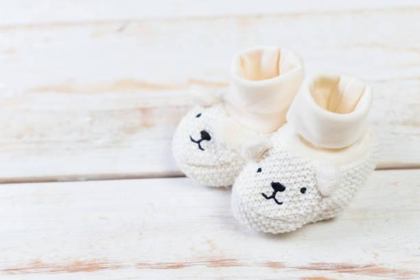 auflistung von elementen für babys - babyschuh stock-fotos und bilder