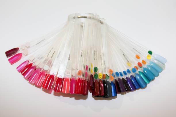 eine kollektion von nagellacktestern in verschiedenen farben - nägel glitzer stock-fotos und bilder
