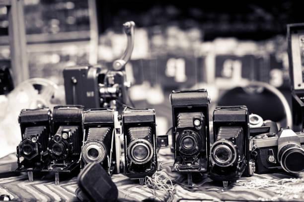 Collecte des vieux appareils vintage à vendre au marché de rue - Photo