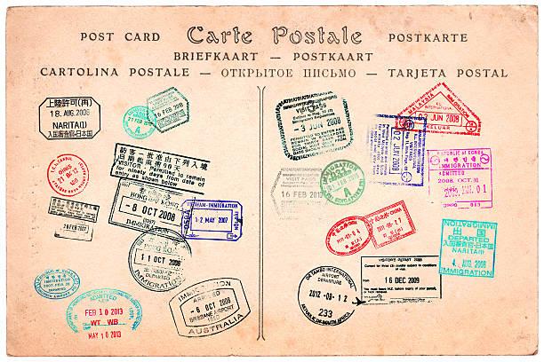 Colección de sellos de pasaportes en una tarjeta postal de fondo vintage - foto de stock