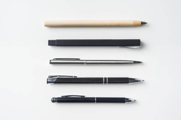 Sammlung von Stiften auf weißem Hintergrund – Foto