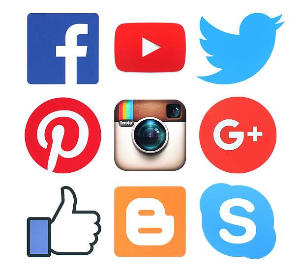 Sammlung von beliebten social-media-logo-Zeichen auf Papier – Foto