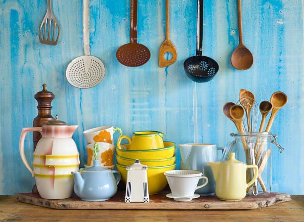 sammlung von vintage küchenbedarf, - kücheneinrichtung nostalgisch stock-fotos und bilder
