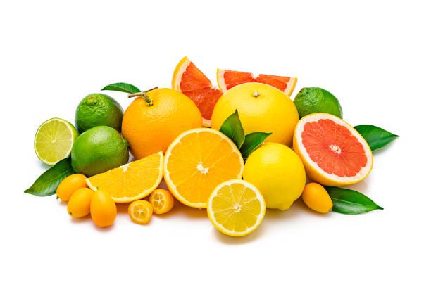 白い背景に分離された全体とスライスされた柑橘類の果実のコレクション - グレープフルーツ ストックフォトと画像