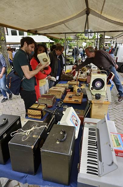 sammler auf der flohmarkt - klavier verkaufen stock-fotos und bilder
