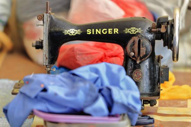 collector.s stück alte nähmaschine noch in gebrauch. sipalay-philippinen. 0403 - nähmaschinenschrank stock-fotos und bilder