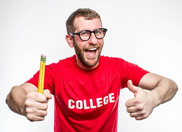 college nerd im roten hemd mit brille holding stifte - geek t shirts stock-fotos und bilder