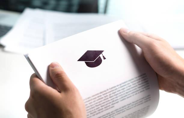 kolej veya üniversite uygulama veya mektup okuldan. öğrenci ya da öğretmen eğitim belge okuma. grant, mezuniyet veya çalışma kredi kağıt tutan genç adam. - aday sosyal rolü stok fotoğraflar ve resimler