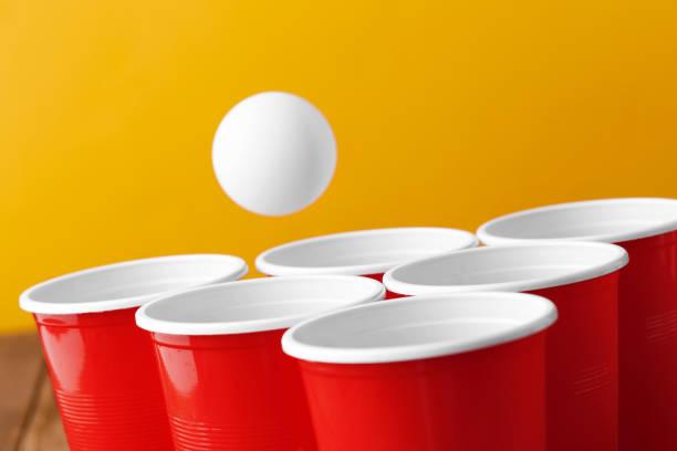 college party sport-bier pong - beirut stockfoto's en -beelden