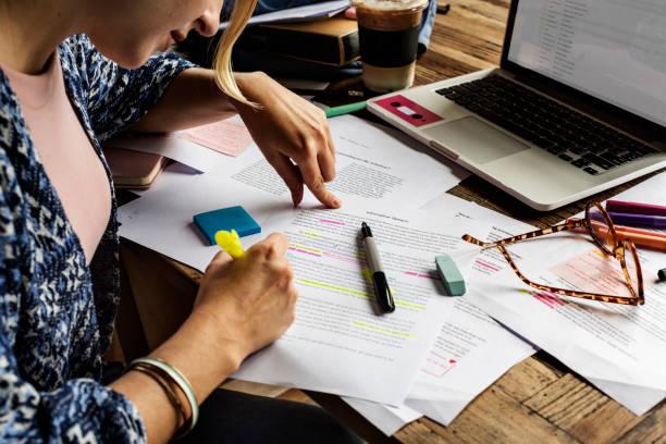Personas universitarias estudian lectura De lectura Notas - foto de stock