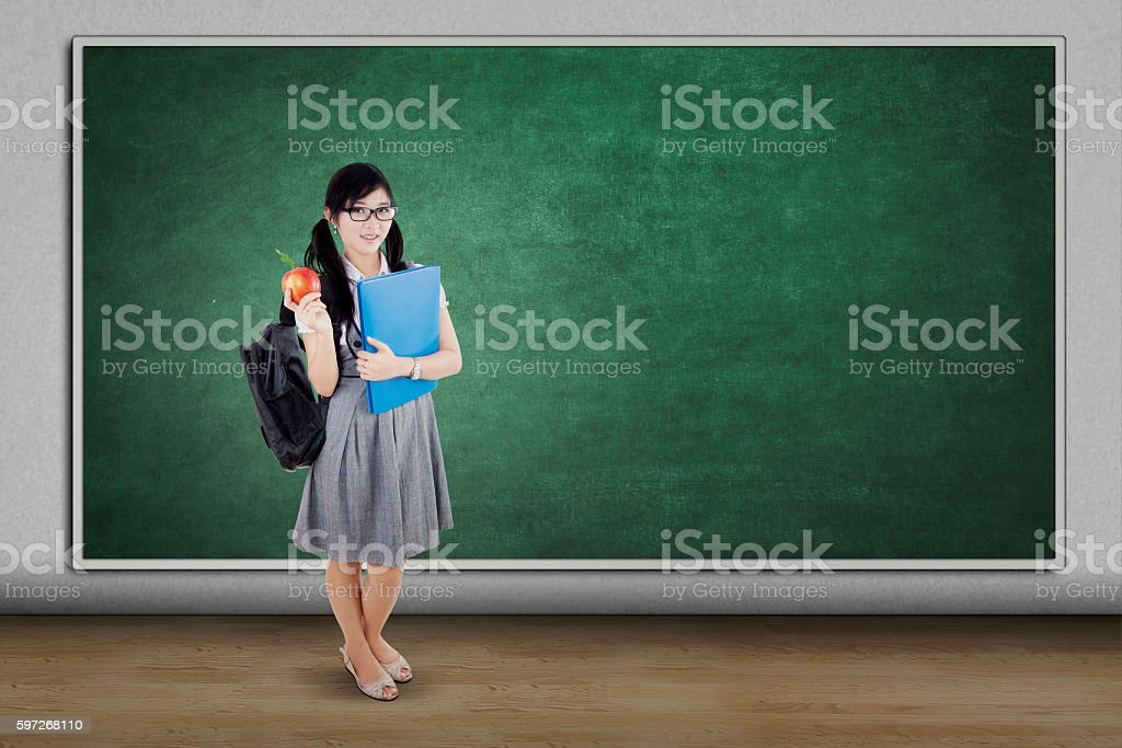 College student holds apple fruit in class Lizenzfreies stock-foto
