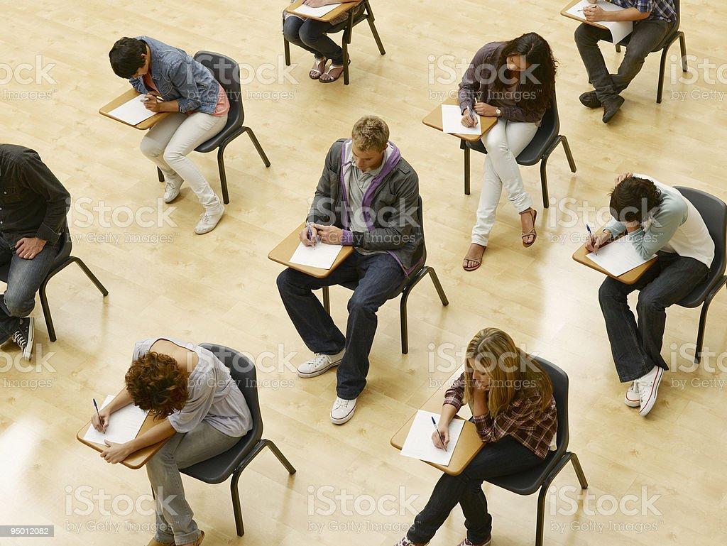 College students tomar prueba en montaje tipo aula - foto de stock
