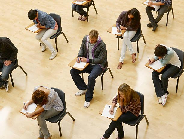 studenti universitari che test in aula - esame università foto e immagini stock