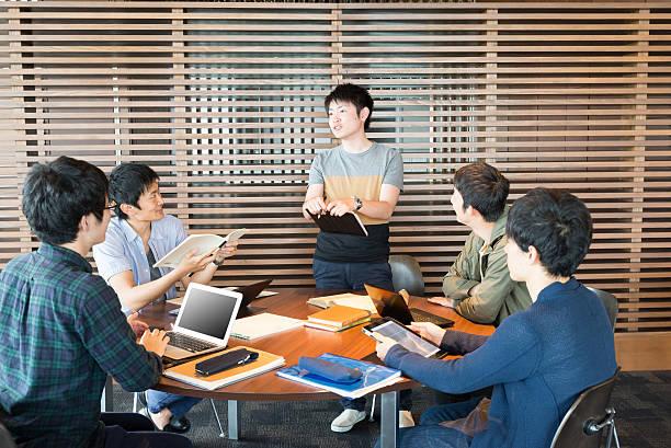 大学生を協議 - 大学生 パソコン 日本 ストックフォトと画像