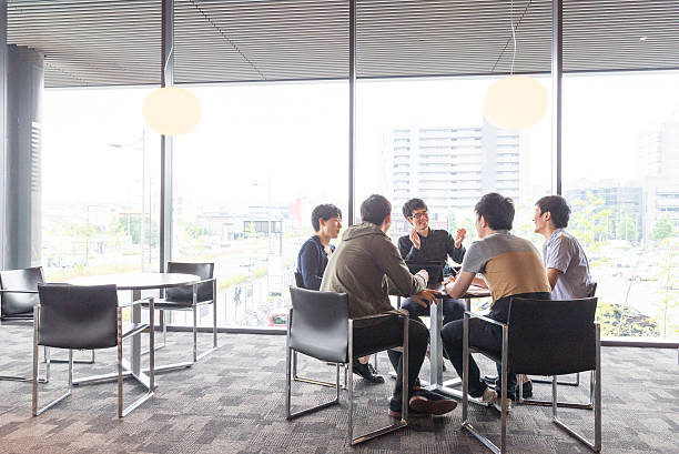 College students to discuss College students are discussing at a lounge of research facilities staff meeting stock pictures, royalty-free photos & images