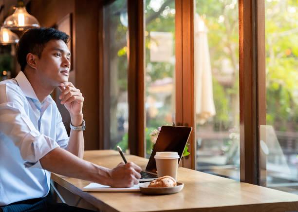 college stusent in cafe - dodatkowa praca zdjęcia i obrazy z banku zdjęć