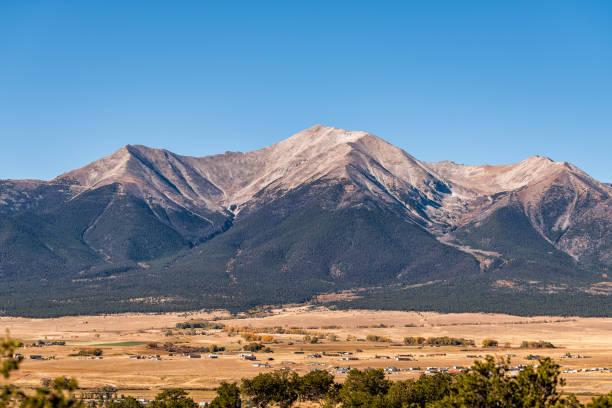 collegiate zirveleri ünlü rocky dağları manzara vadi görünümü buena vista, colorado devlet parkı bakış açısıyla - independence day stok fotoğraflar ve resimler