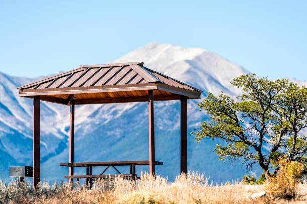 collegiate zirveleri kayalık dağ manzarası ve buena vista parkta kapalı piknik masası, colorado bakan - independence day stok fotoğraflar ve resimler