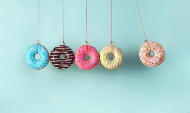 甜甜圈製成的碰撞球 - 不健康飲食 個照片及圖片檔
