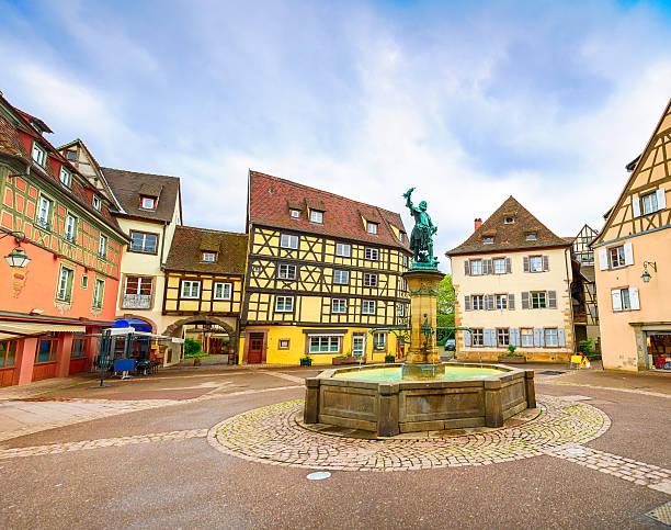 colmar, petit venedig, fountain square und die traditionellen häuser.  elsass, frankreich. - hundeplätze stock-fotos und bilder